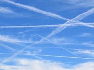 Kondensstreifen am Himmel - reger Luftverkehr